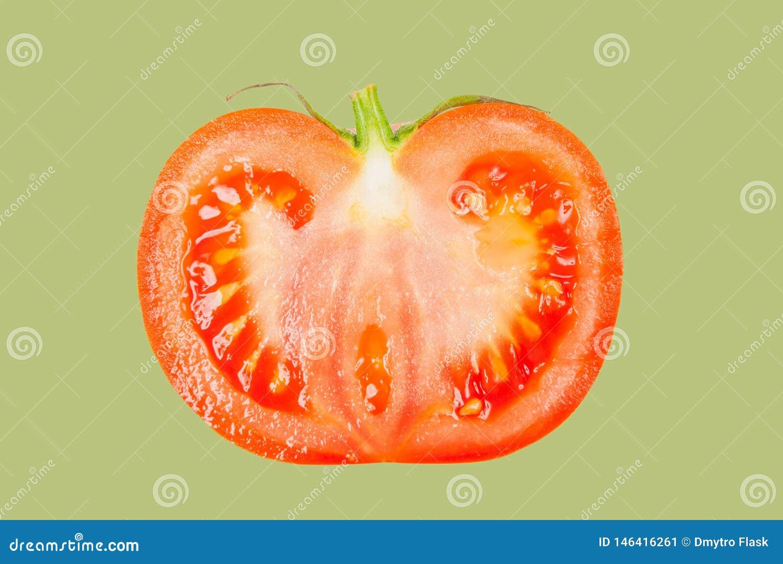Tomate schweben in einer Luft auf grünem Pastellhintergrund frei