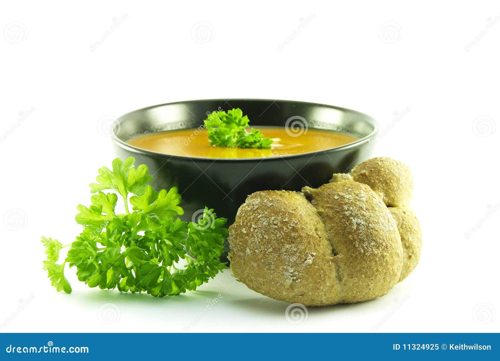Tomate-Suppe in einer schwarzen Schüssel