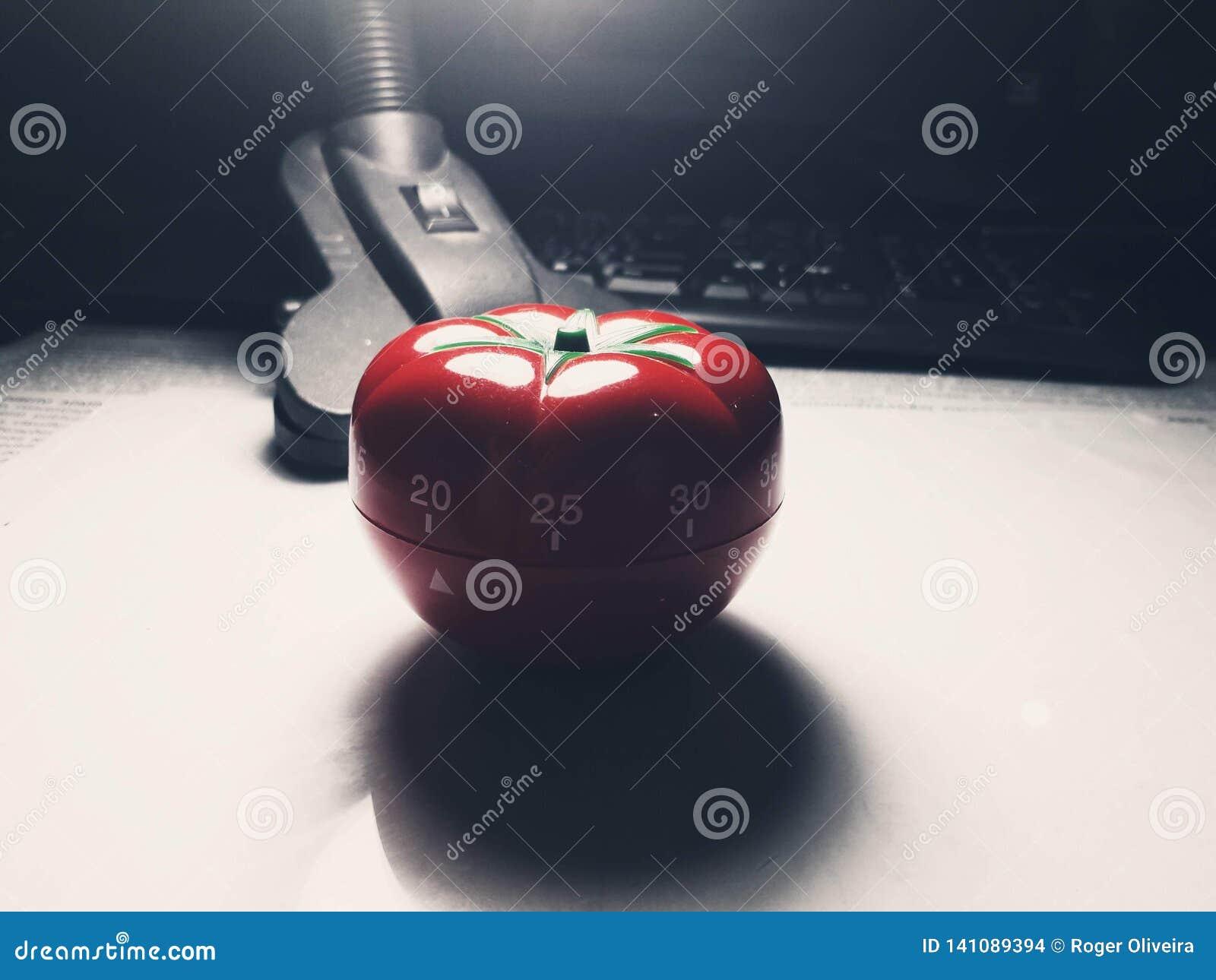 Tomate vermelho temporizador dado forma da cozinha e do pomodoro