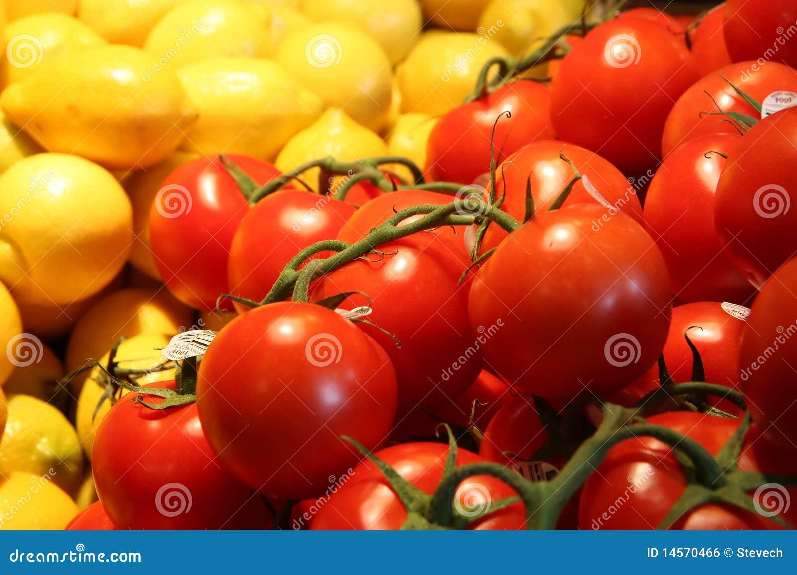Tomaten en citroenen bij een landbouwersmarkt