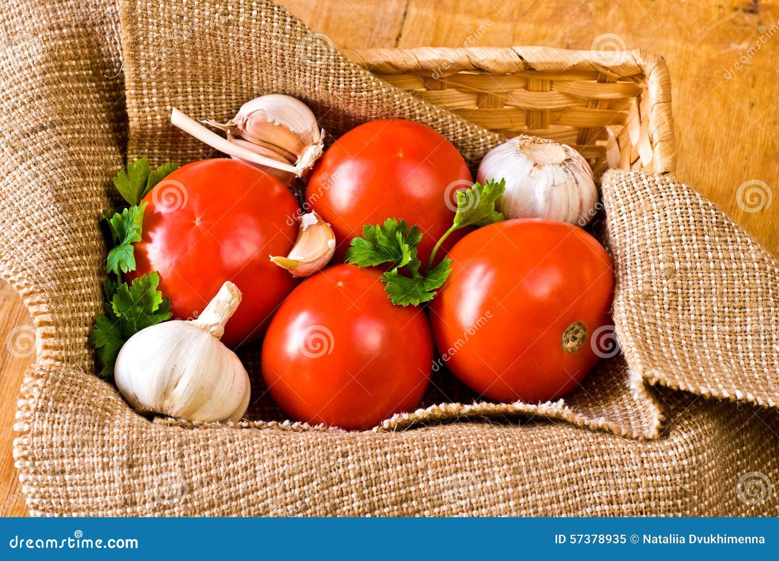 Tomaten en knoflook in mand