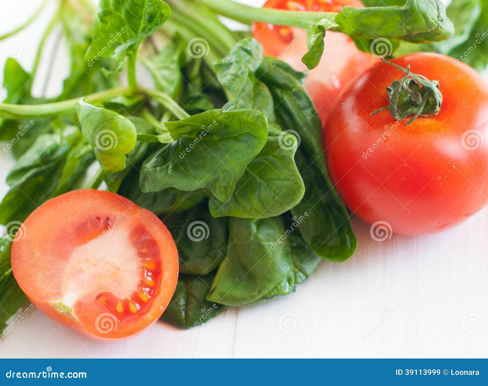 Tomaten en spinaziebladeren