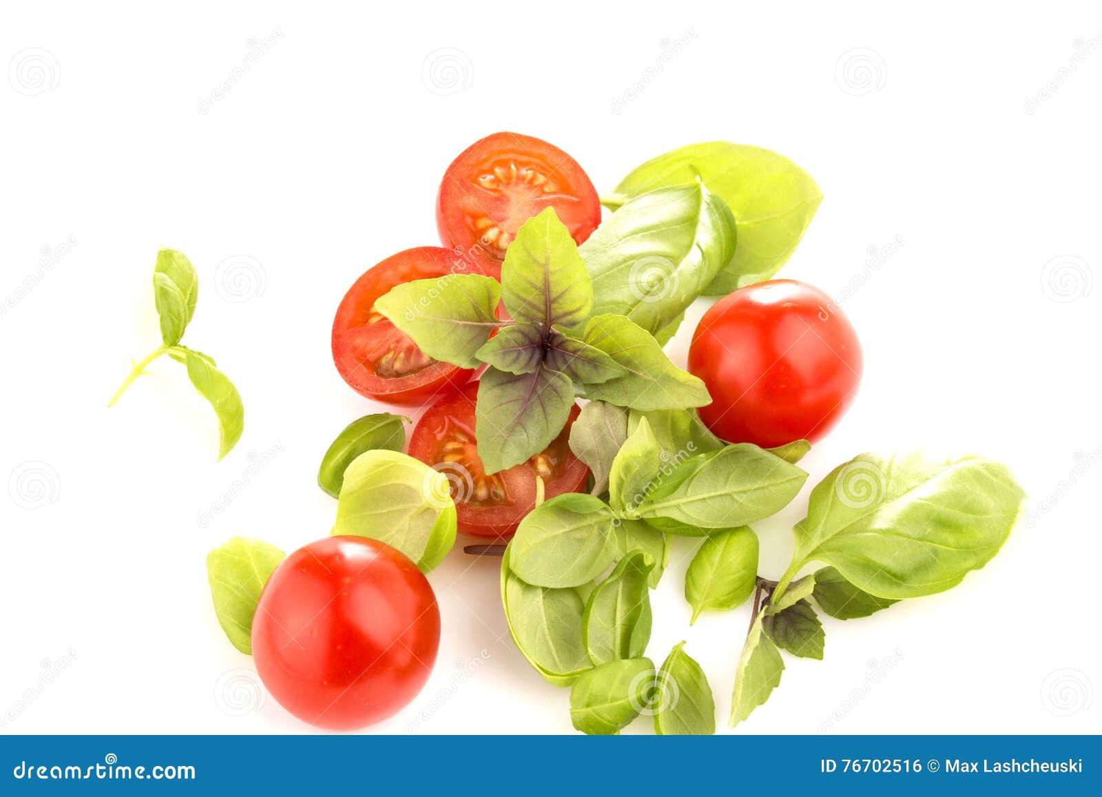 Tomaten mit Basilikum auf weißem Hintergrund