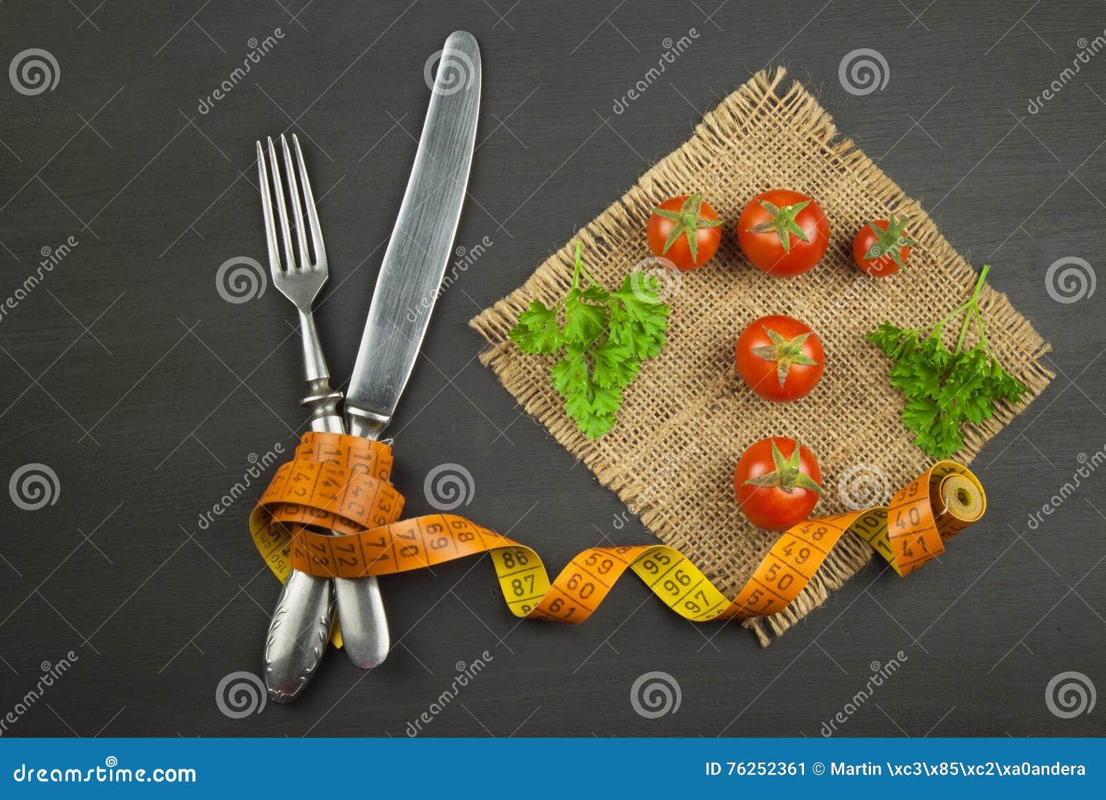 Tomaten wie Diätlebensmittel Vorbereiten von gesunden Mahlzeiten Frischgemüse auf einer hölzernen Tabelle