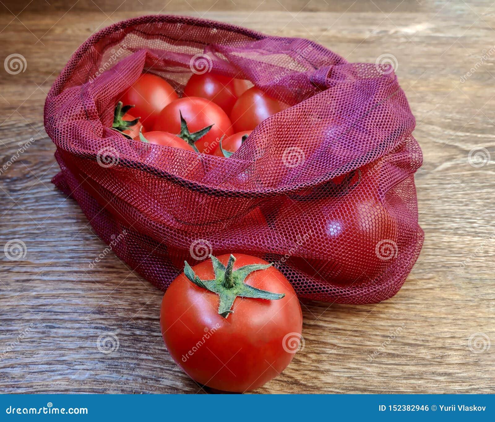 Tomaten in wiederverwendbaren eco Taschen für Obst und Gemüse