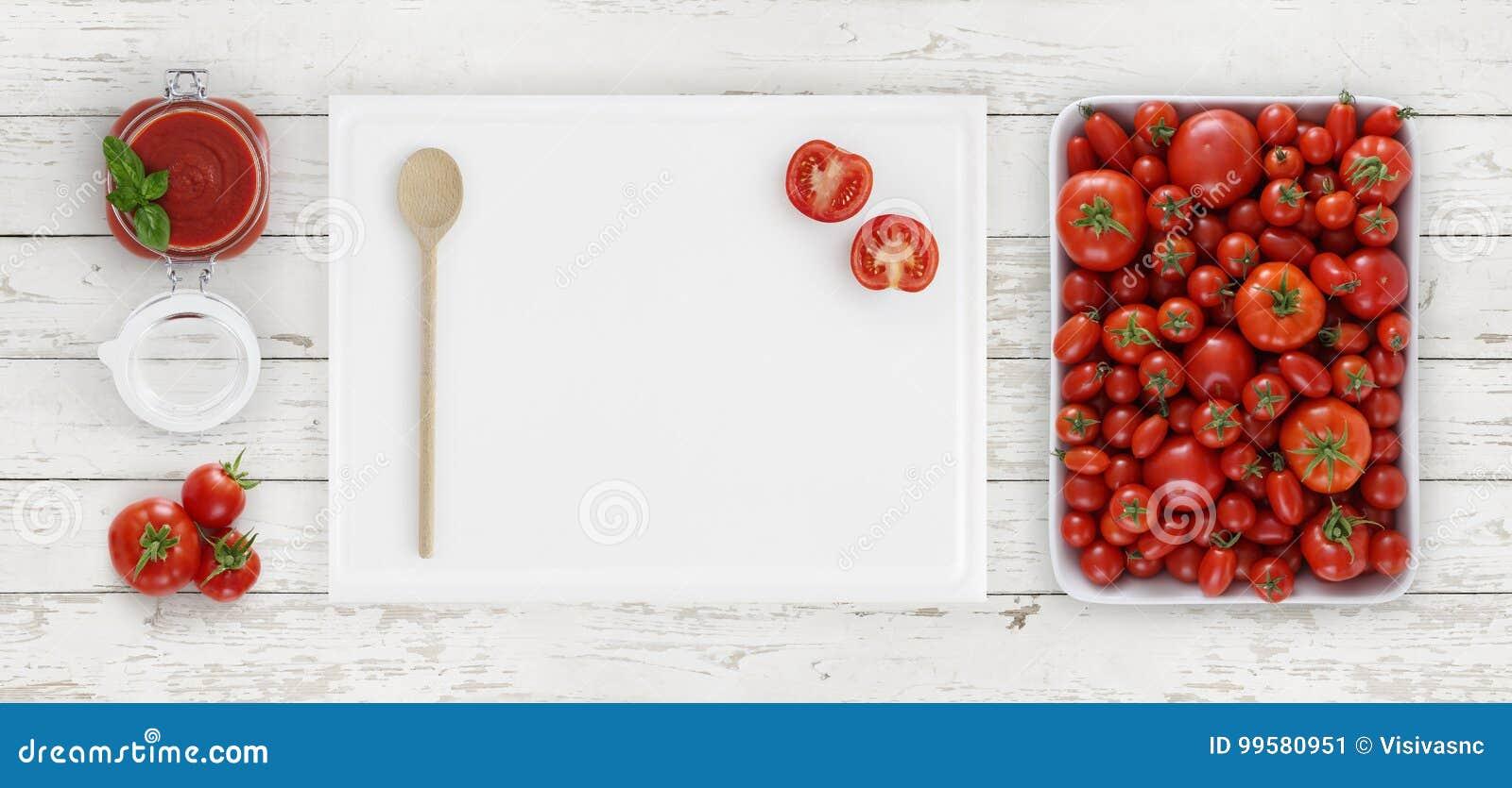 Tomatensaus die hierboven, raad met lepel, glaskruik en toma snijden