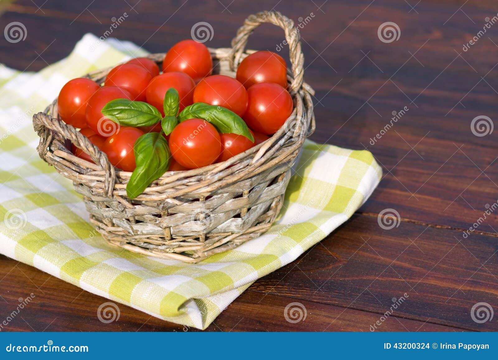 Download Tomater Med Basilika I Korg Utomhus Arkivfoto - Bild av lampa, banta: 43200324