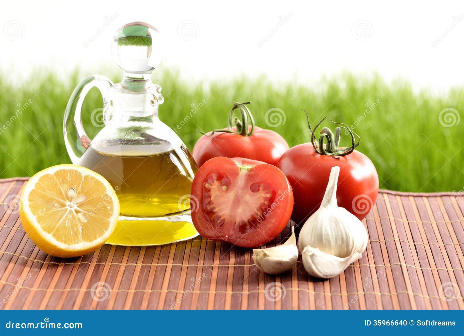 Tomates, ajo, limón, tomates y aceite