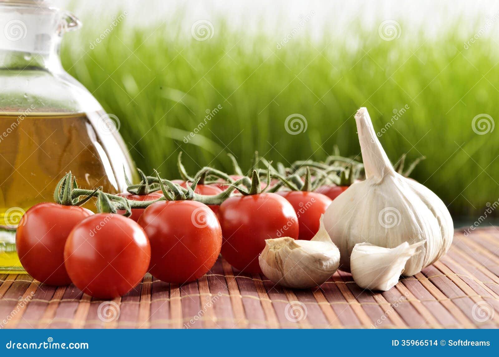 Tomates, ajo, tomates y aceite
