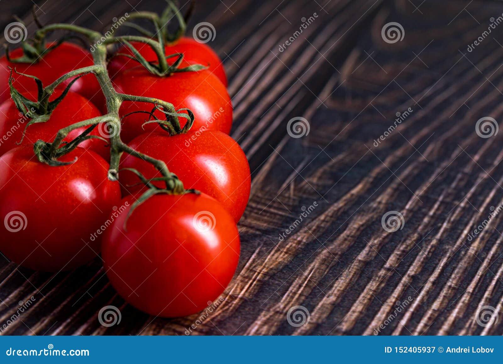Tomates-cerises sur la table en bois