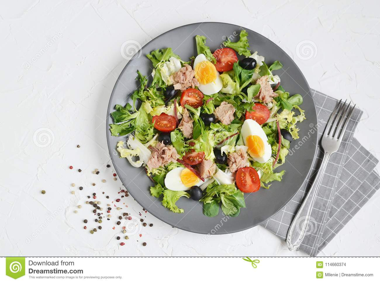 Tomates Cherry Eggs da pimenta de Tuna Salad Cabbage Arugula Oil