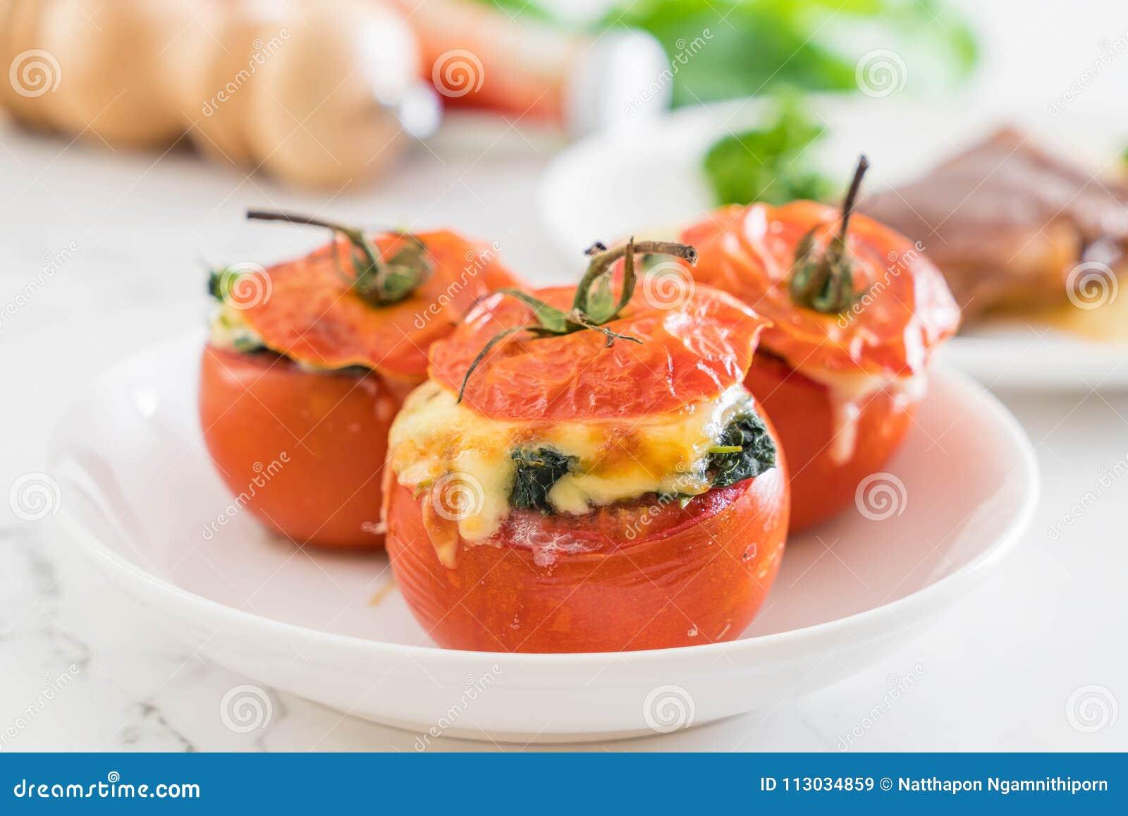 Tomates cocidos rellenos con queso y espinaca