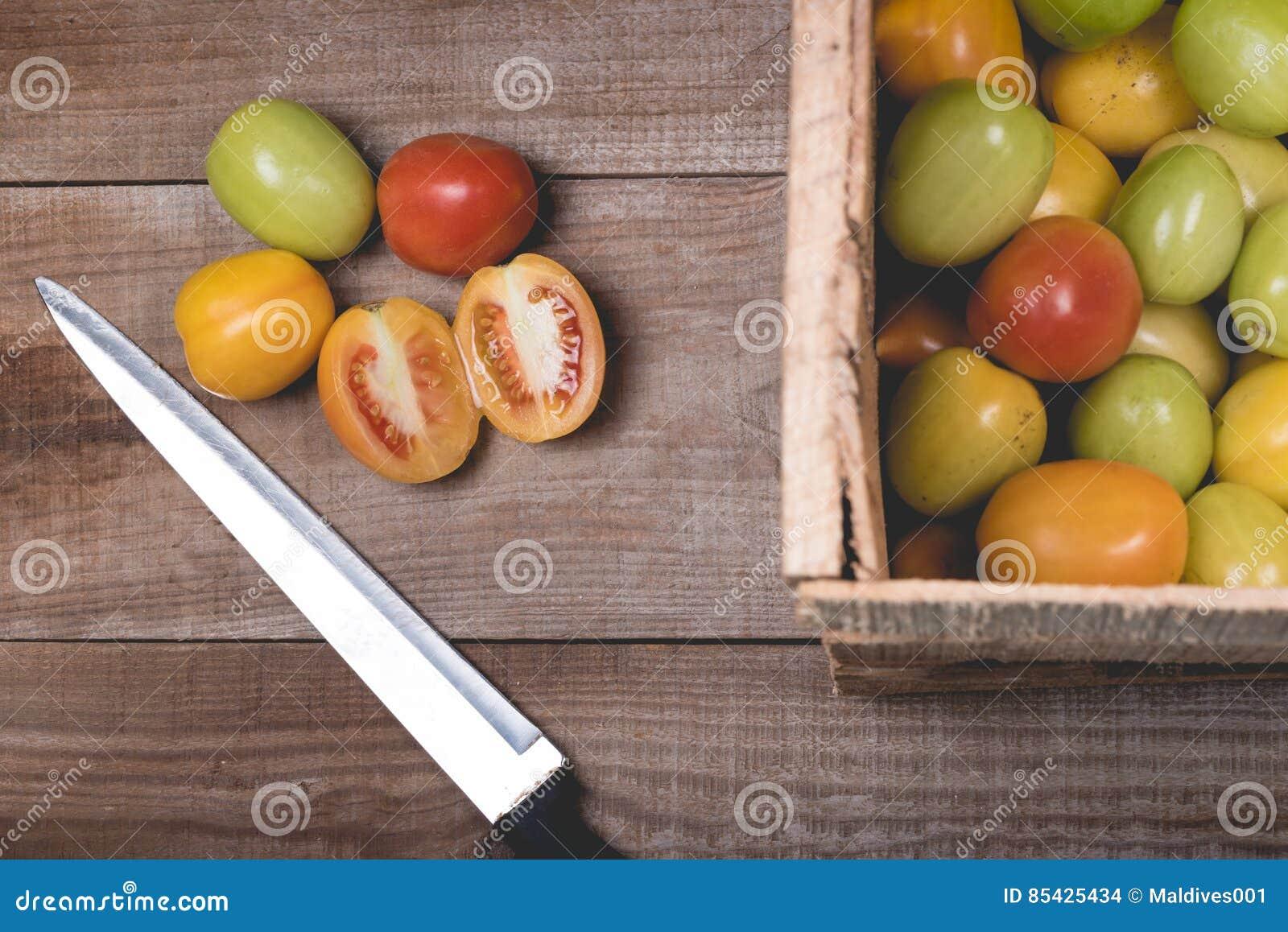 Tomates crudos en un fondo de madera