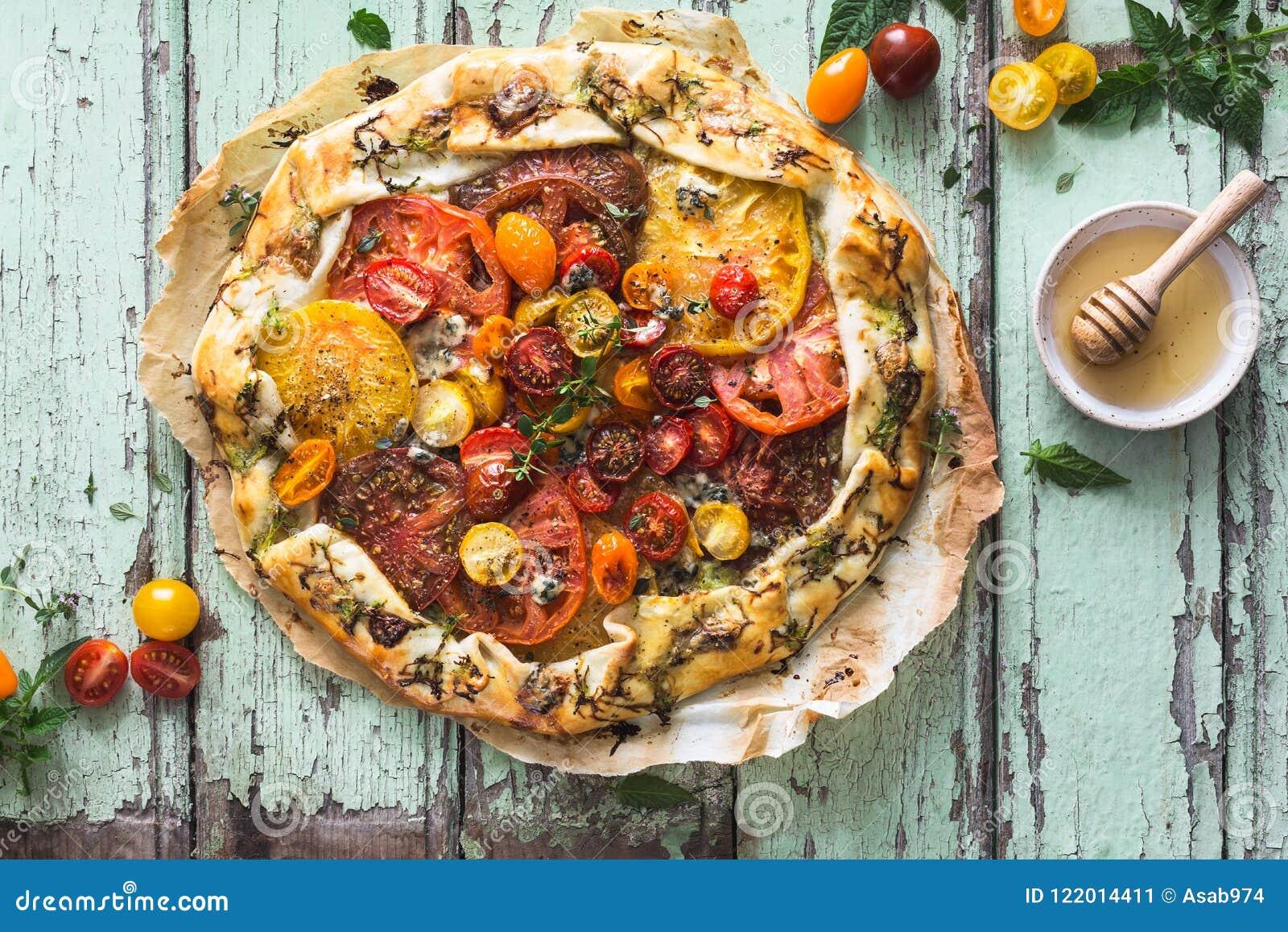 Tomates d héritage au goût âpre avec la courgette, le fromage bleu, le thym et le miel