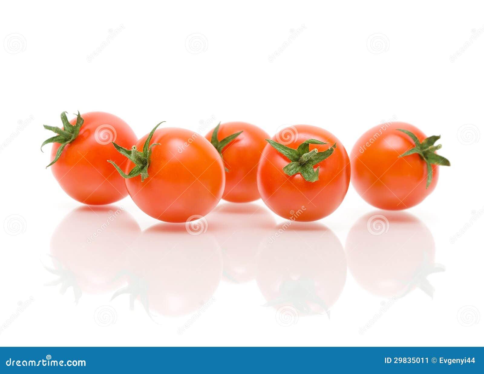 Tomates maduros em um fundo branco com reflexão