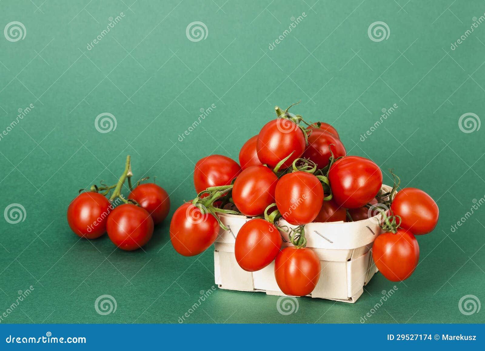 Tomates de cereja pequenos