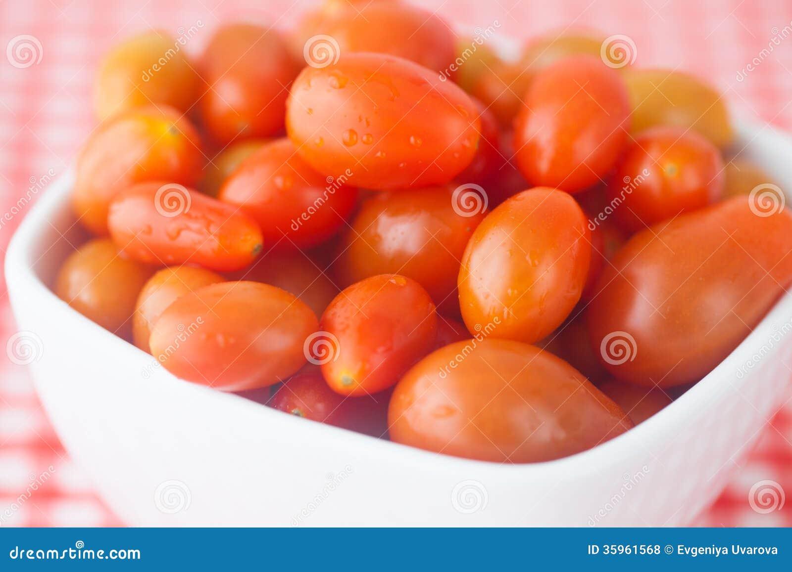 Tomates de cereza en cuenco