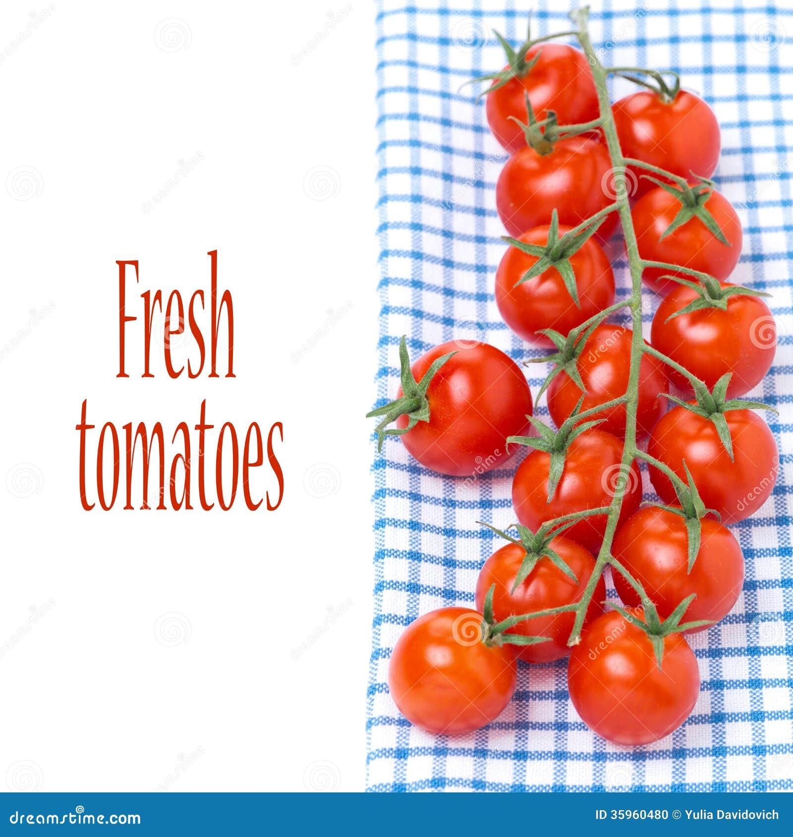 Tomates de cereza en una servilleta azul, aislada