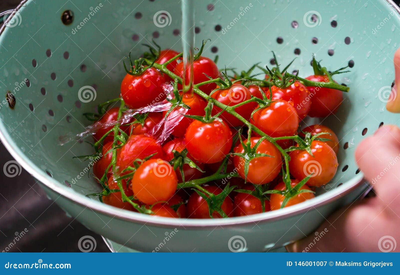 Tomates de cereza orgánicos frescos lavados en colador