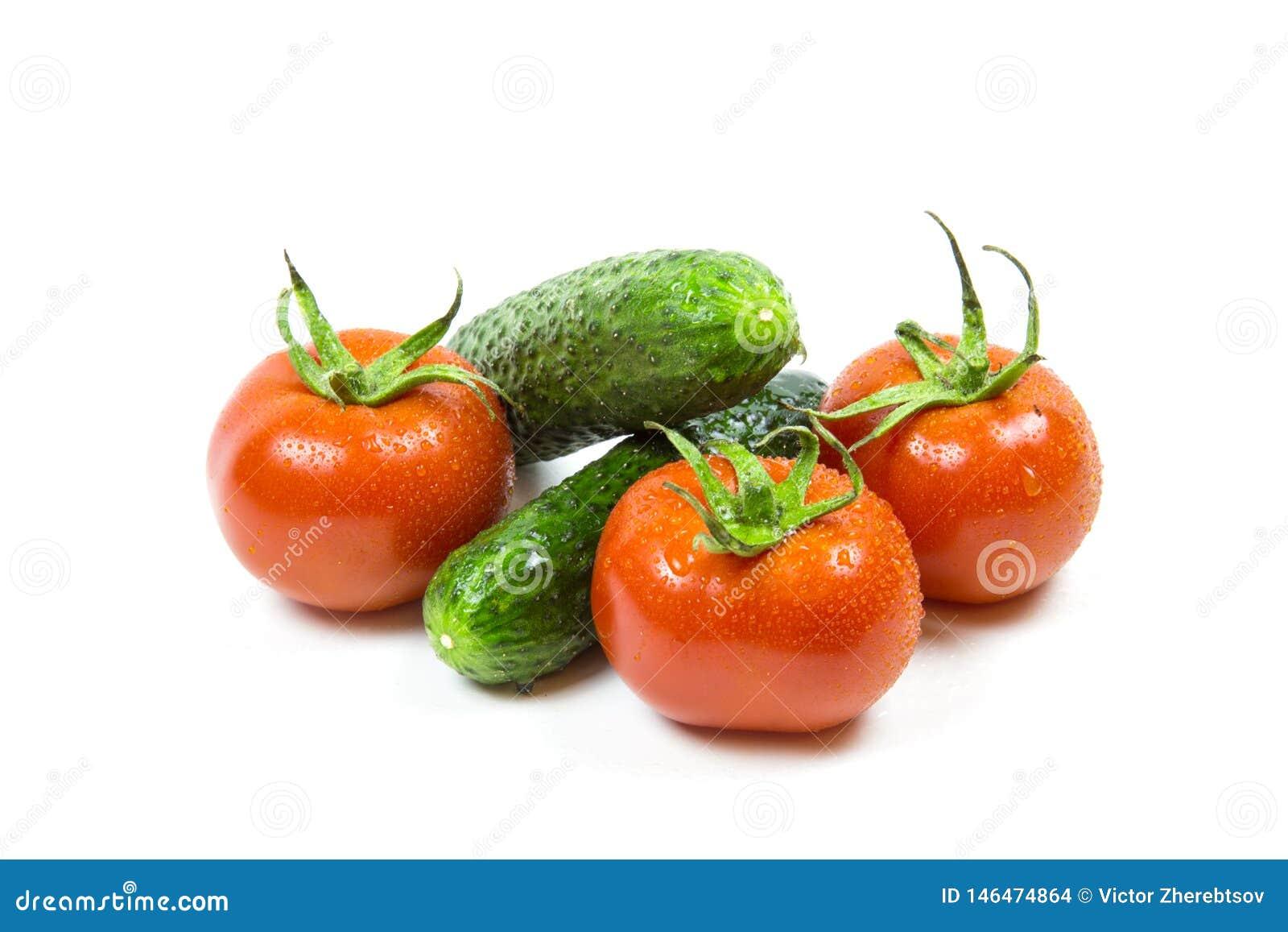 Tomates e pepinos vermelhos frescos