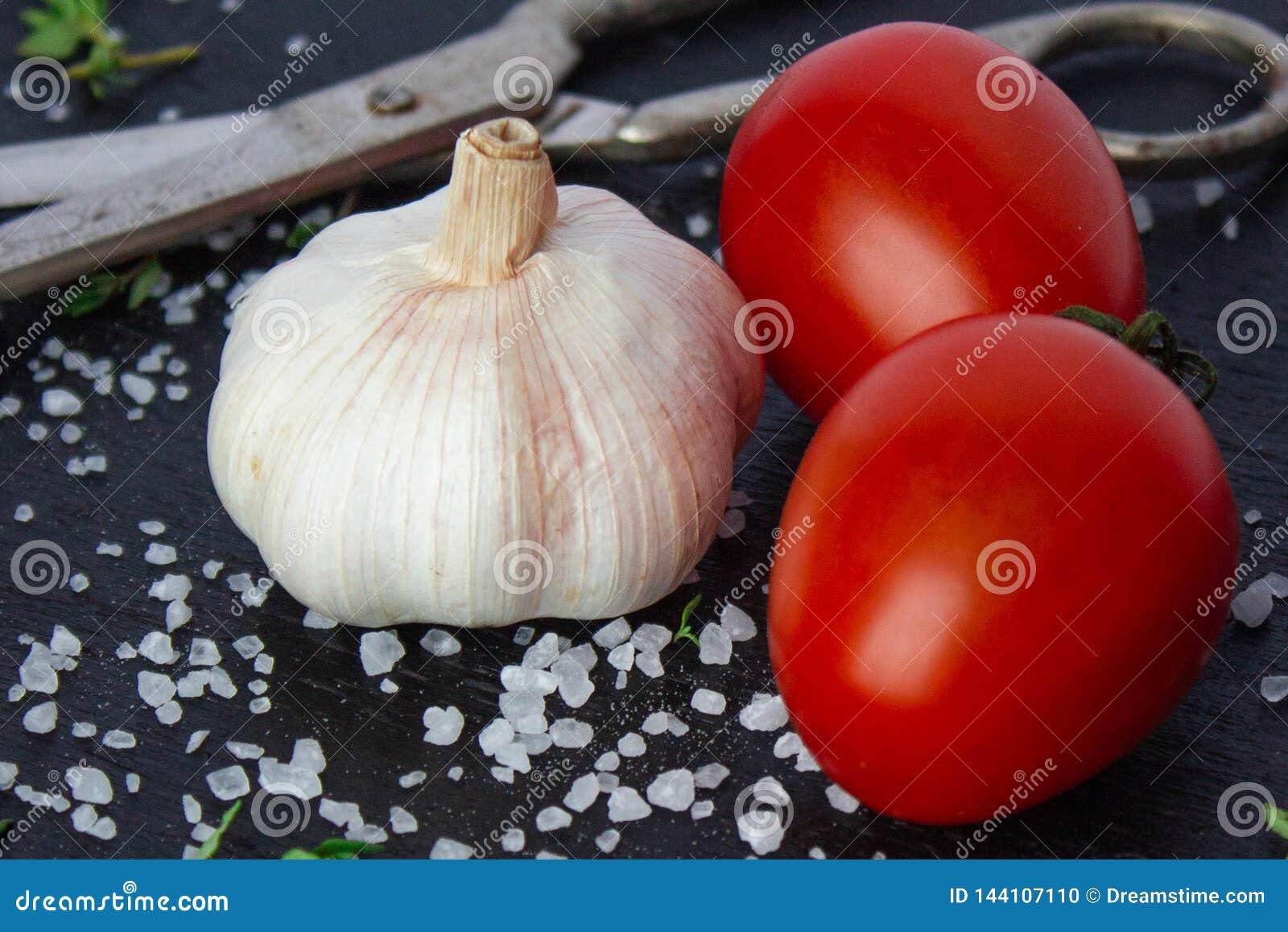 Tomates em um prato em um fundo preto