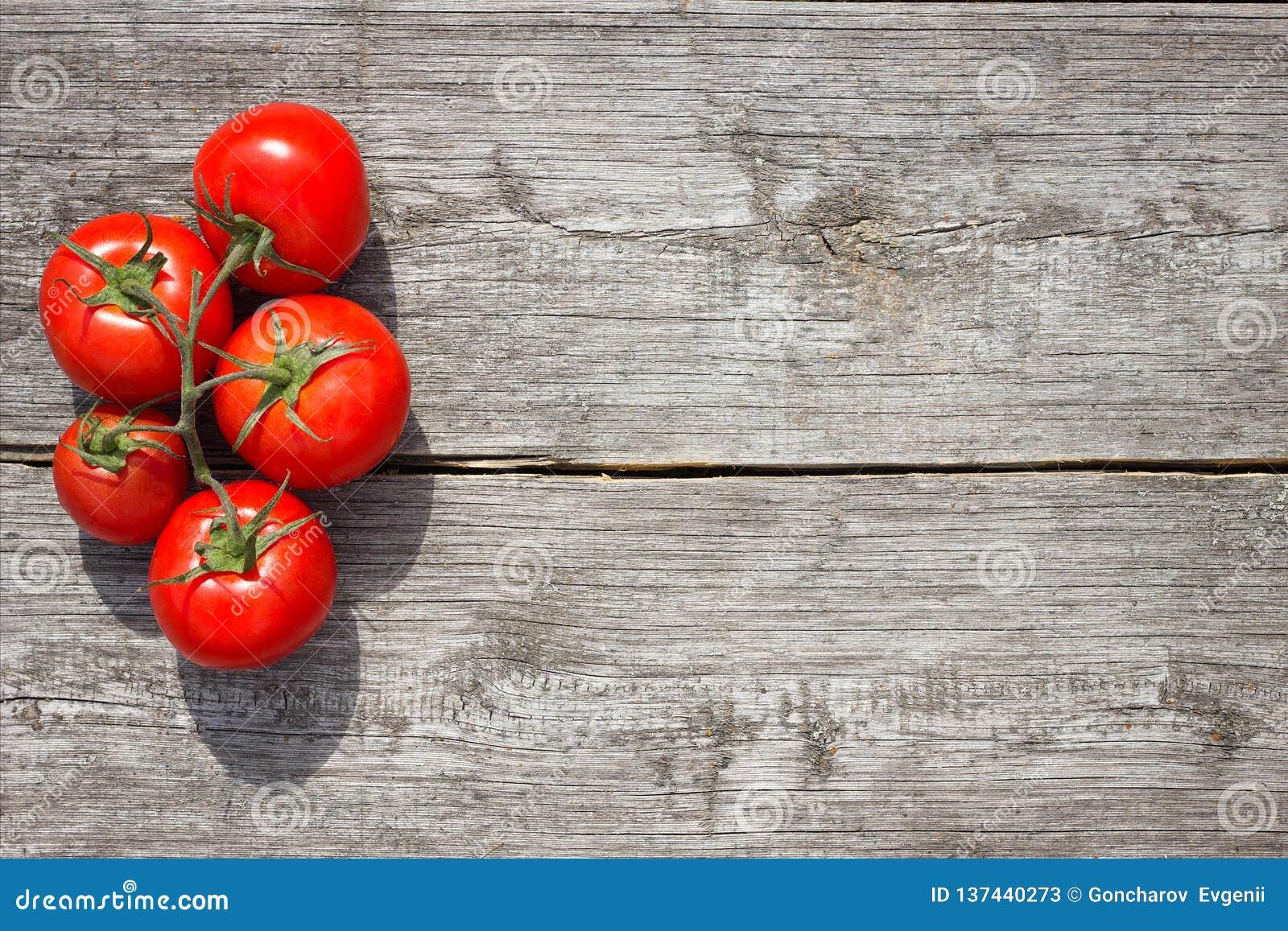 Tomates em uma tabela de madeira