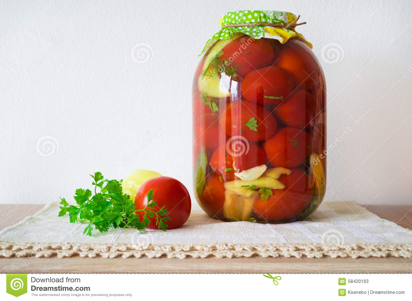 Tomates en boîte sur la table en bois