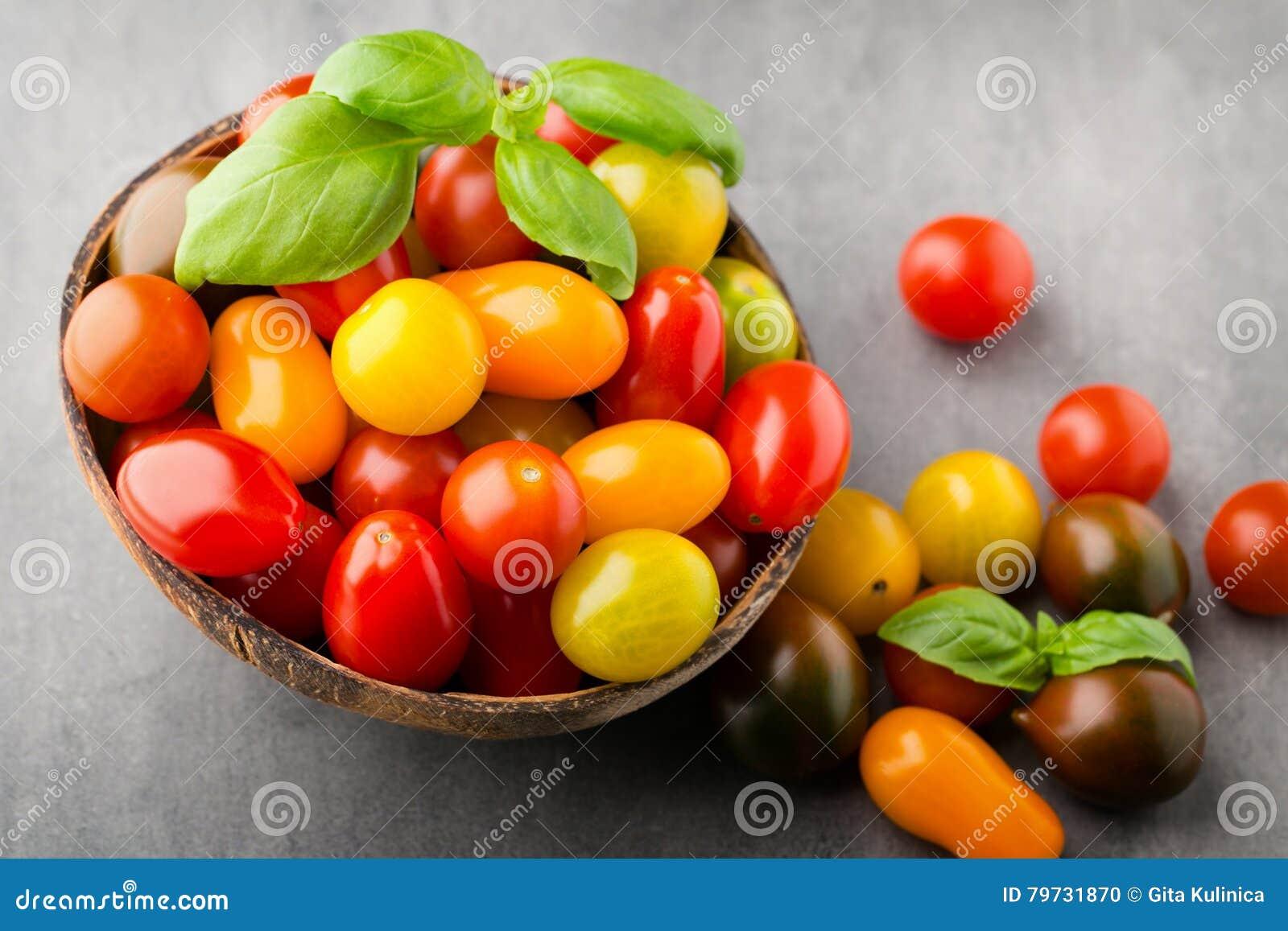Tomates en el fondo gris Tomates coloridos, tomates rojos