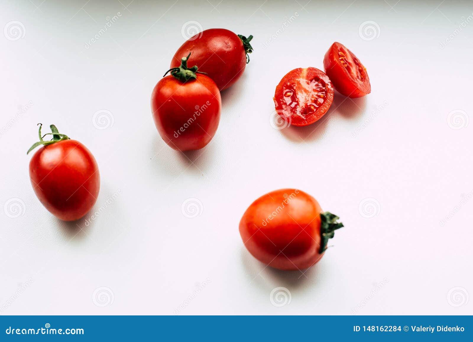 Tomates en un fondo blanco