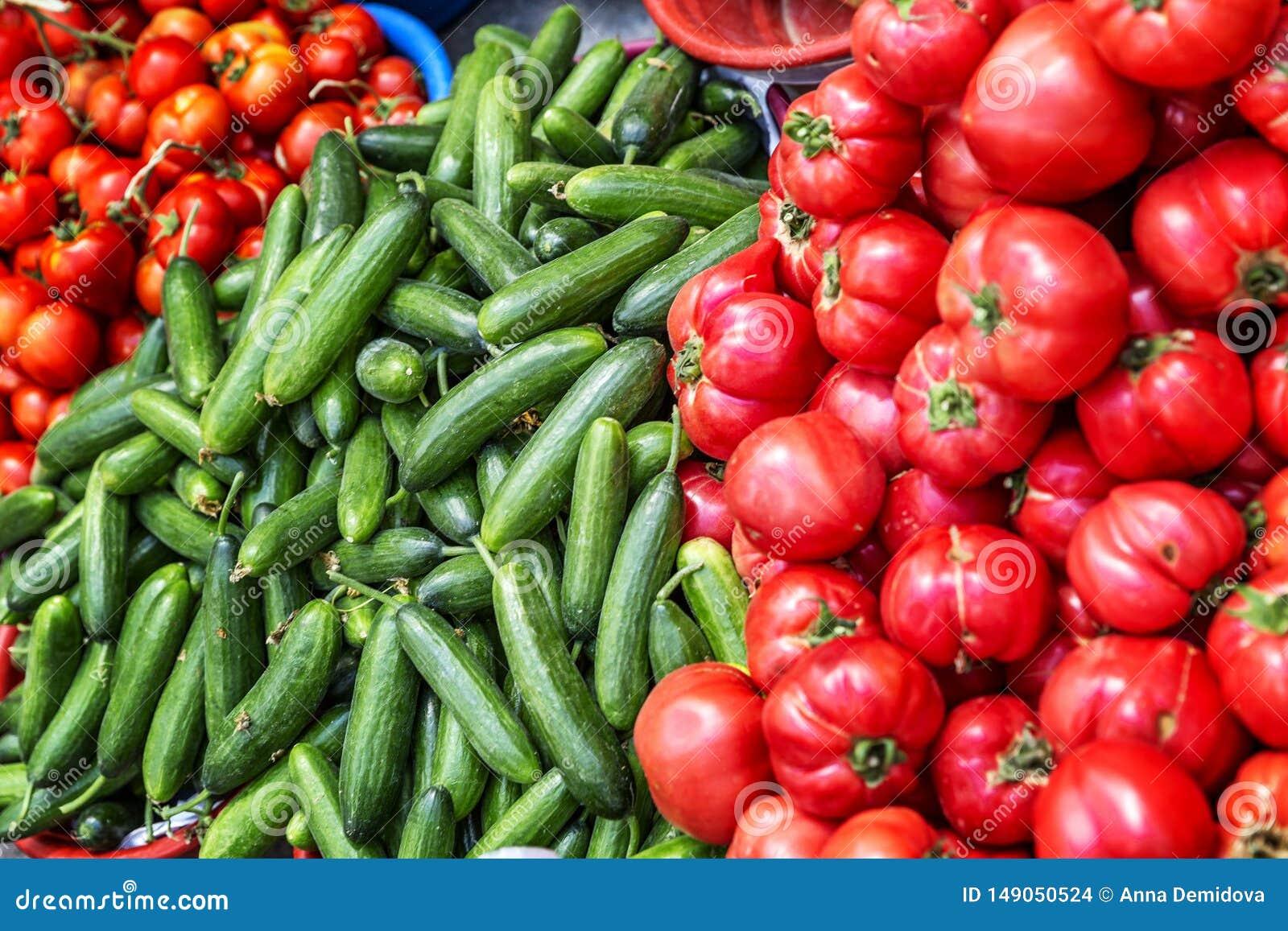 Tomates et concombres mûrs sur le compteur sur le marché