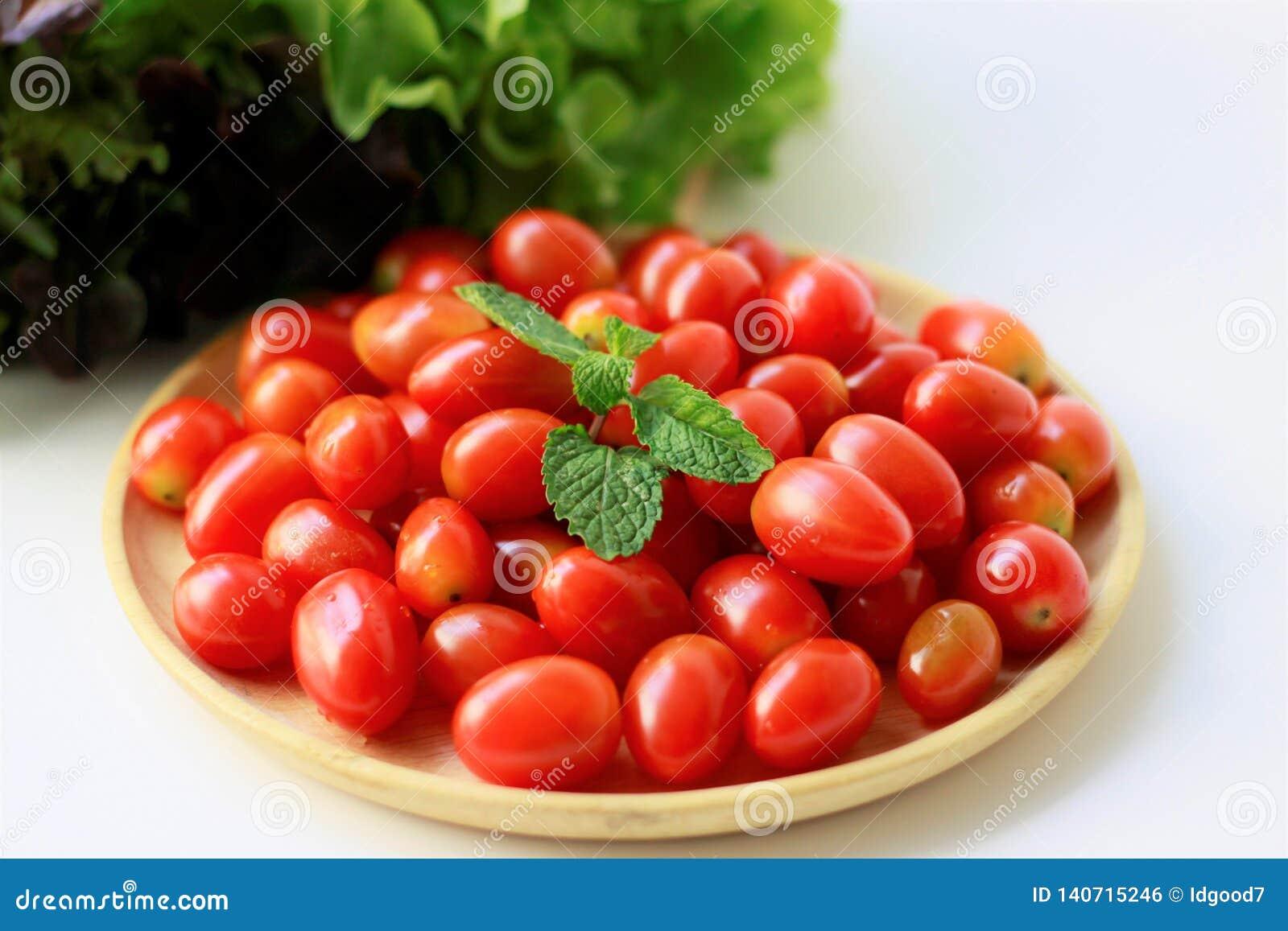 Tomates frescos no fundo branco, prato saudável