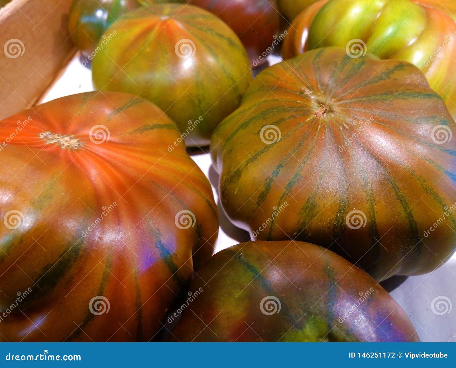 Tomates m?res de ferme dans une bo?te en carton