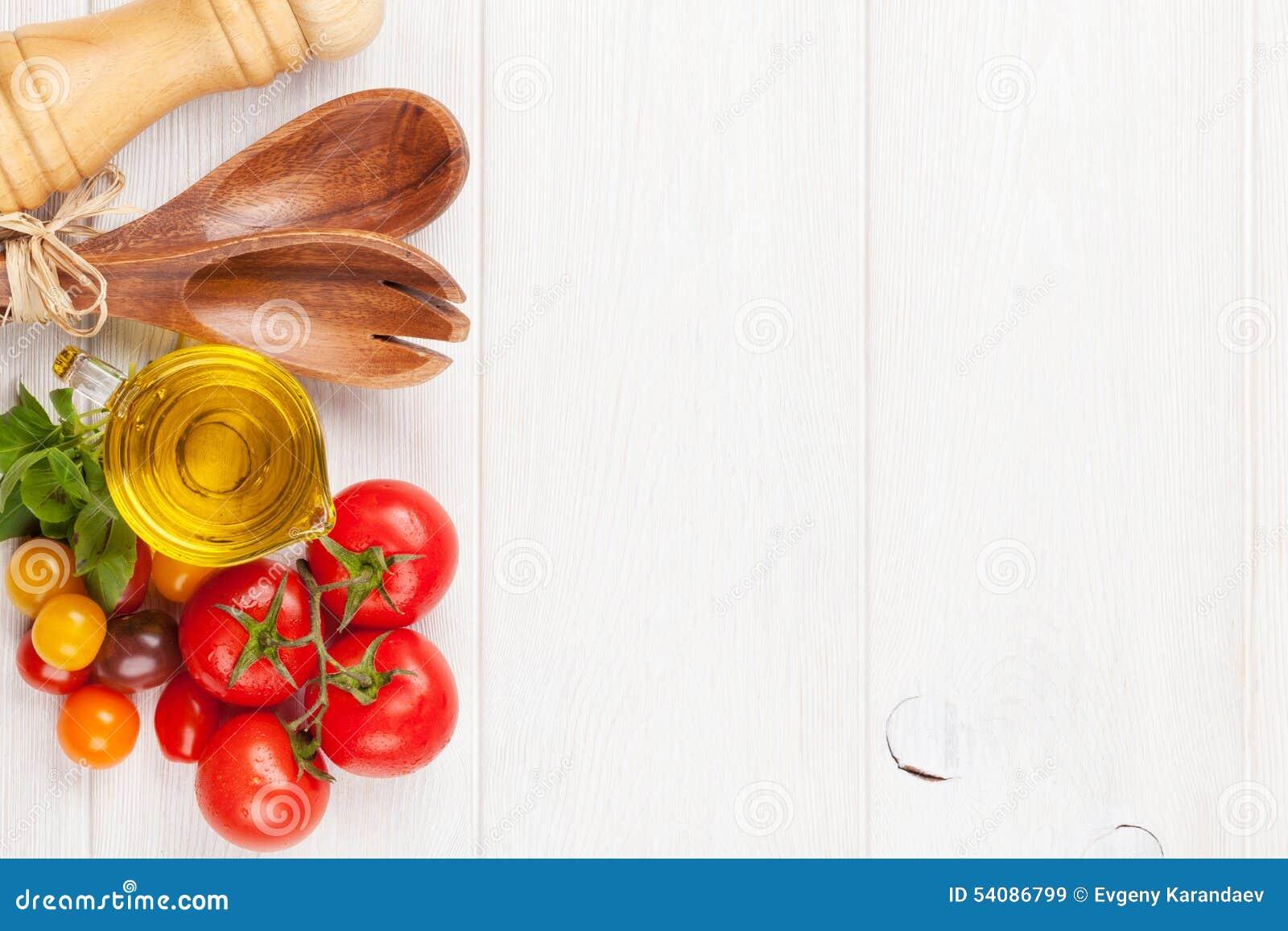 Tomates, manjericão e azeite coloridos frescos