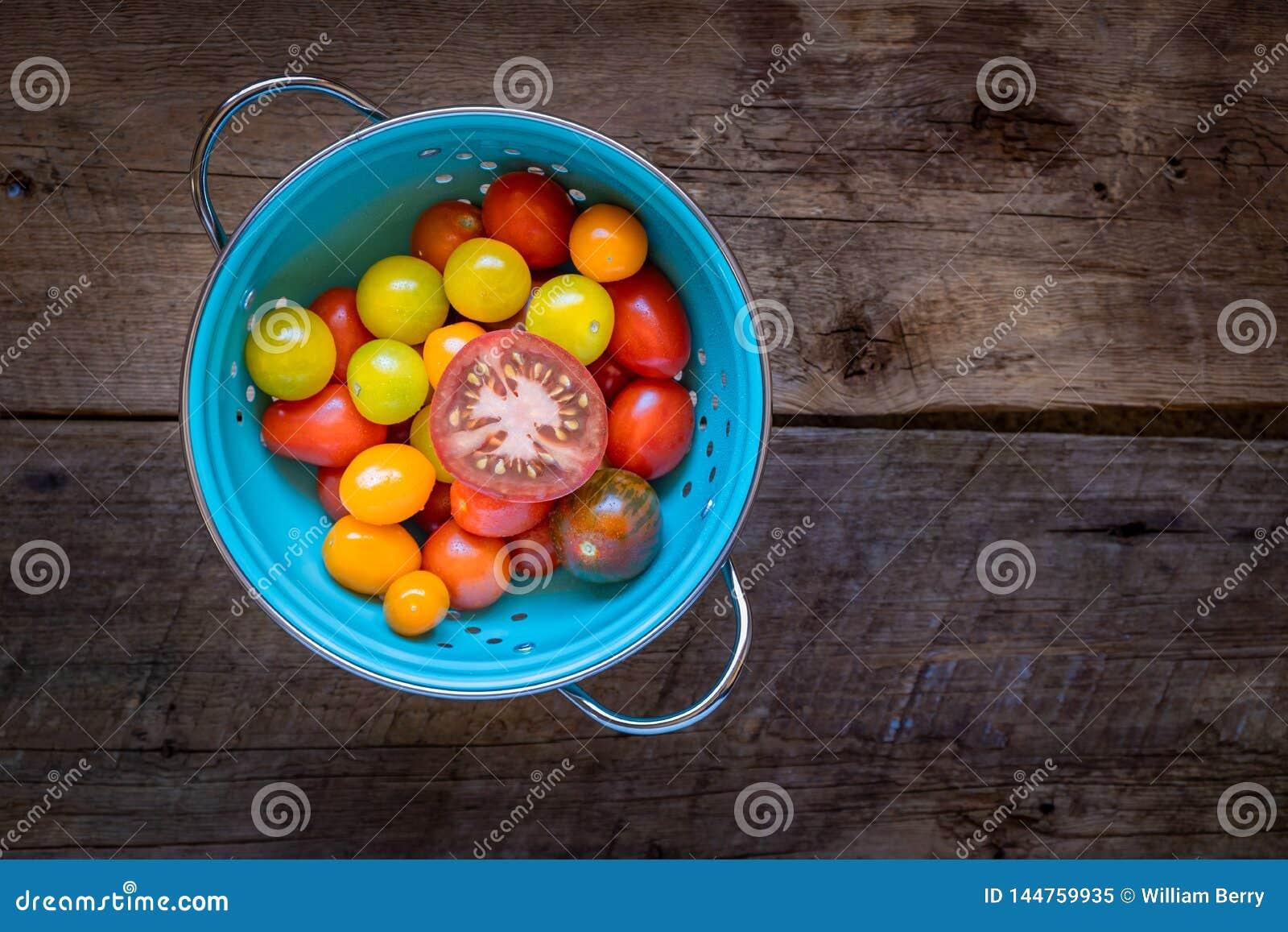 Tomates no escorredor azul