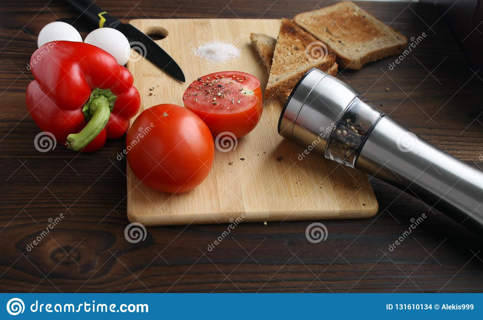 Tomates, poivrons et oeufs sur la table