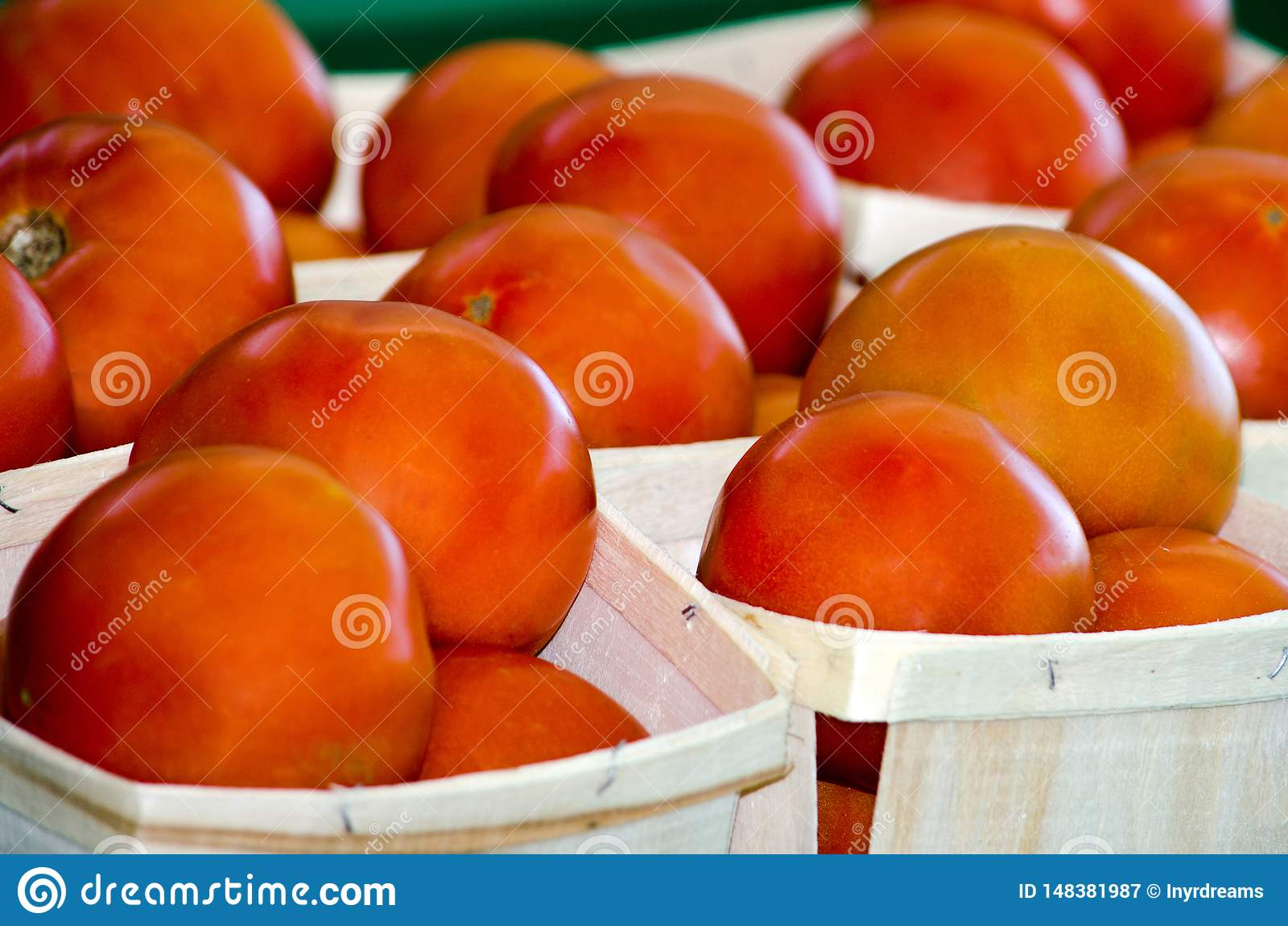 Tomates rojos jugosos en venta