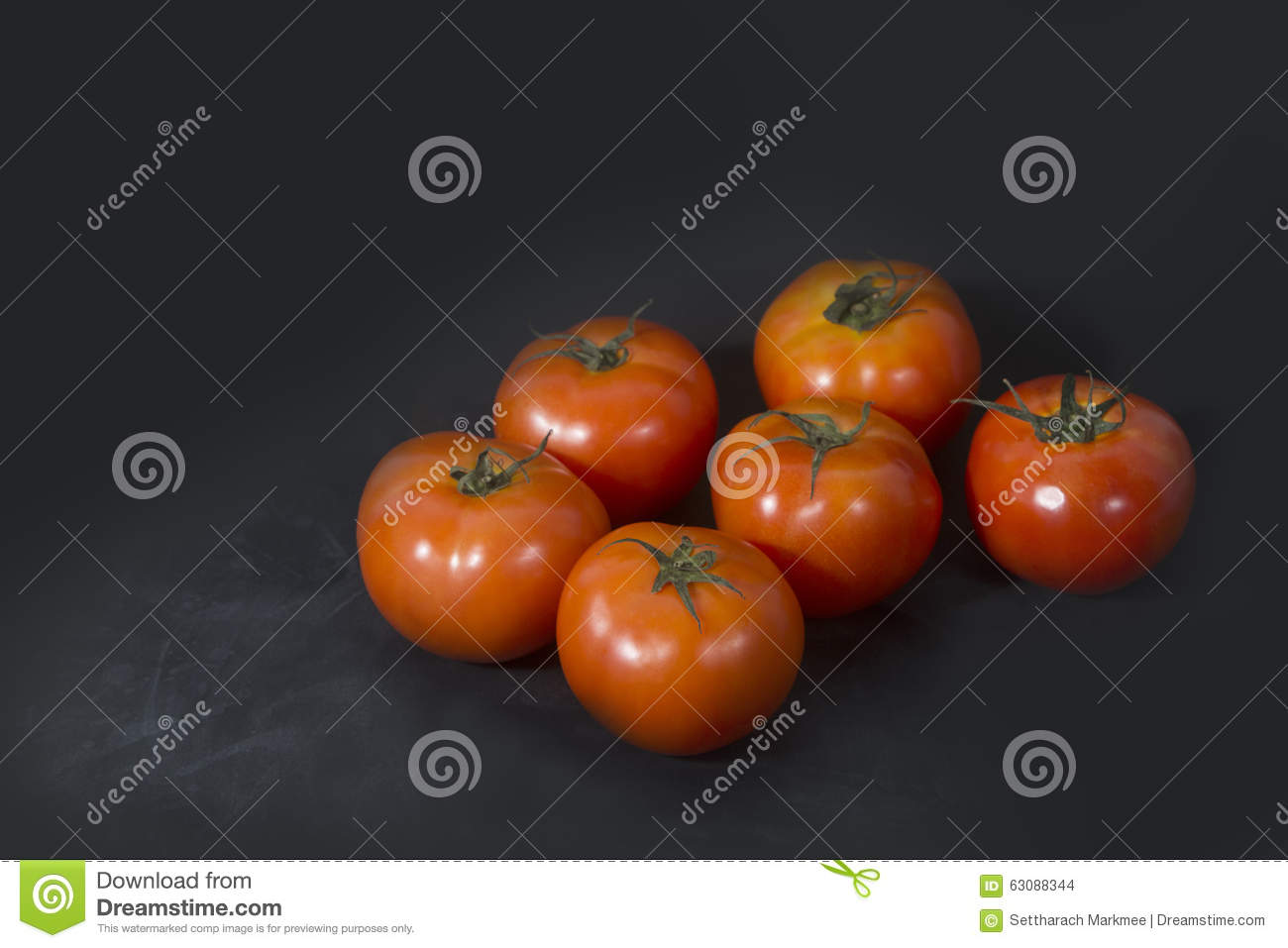 Download Tomates Rouges Mûres Sur Le Fond Noir Photo stock - Image du fond, tomates: 63088344