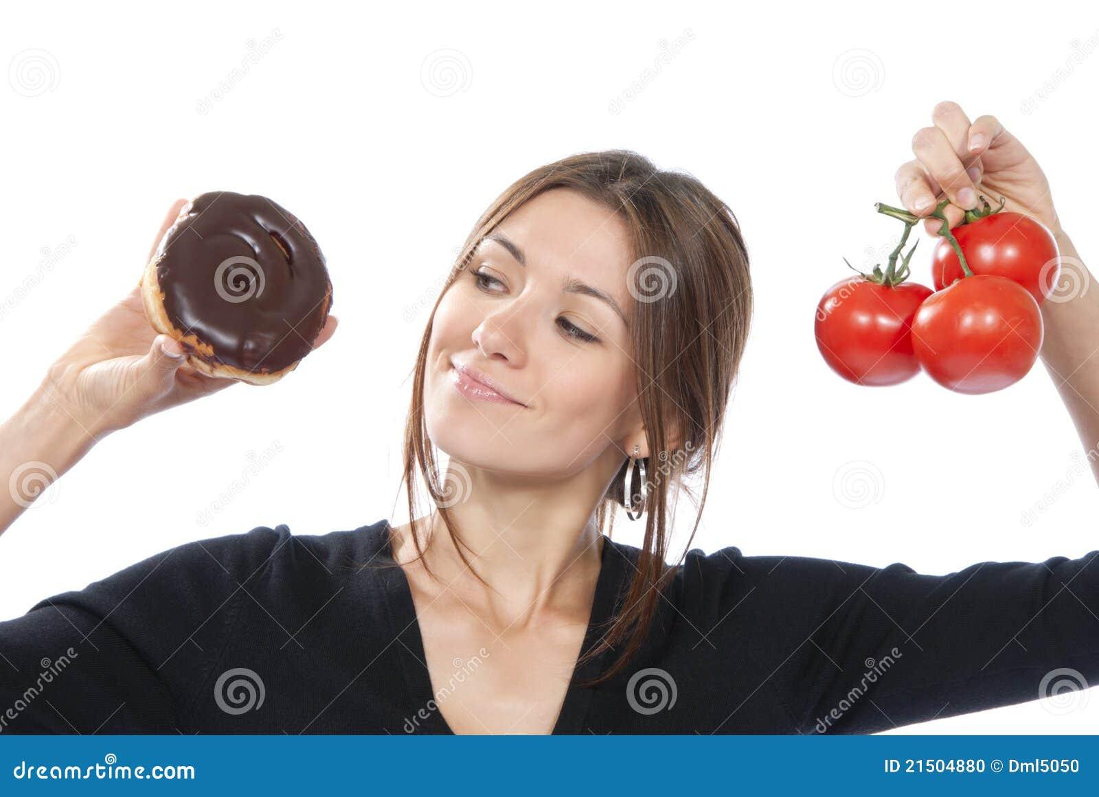 Tomates saines de beignet de femme de concept de nourriture de consommation