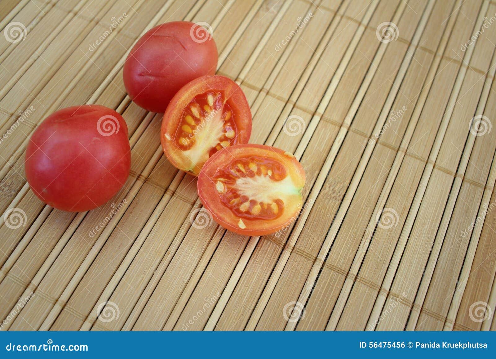 Tomates sur un fond de bois brun