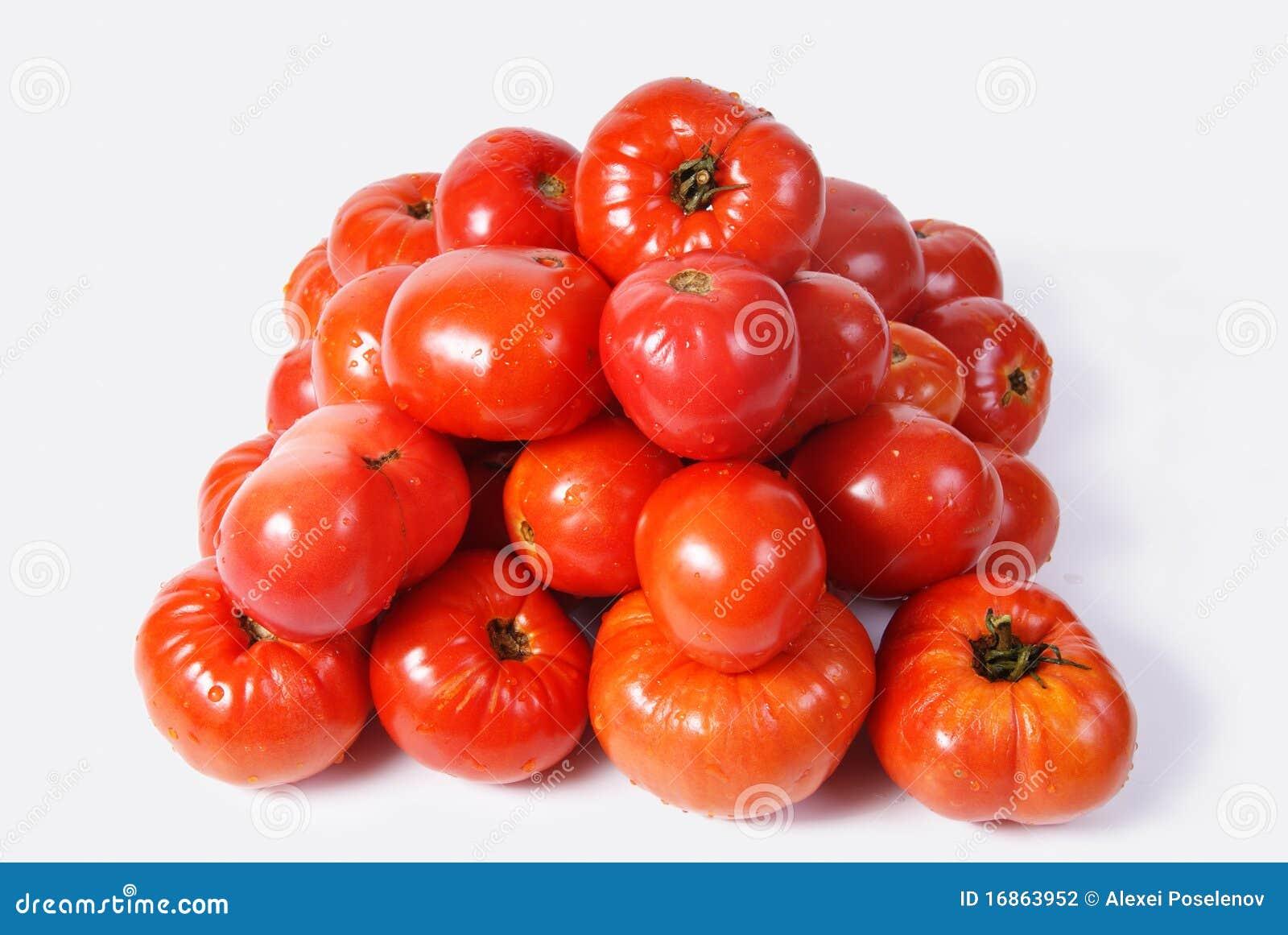 Tomates vermelhos colocados por uma pirâmide