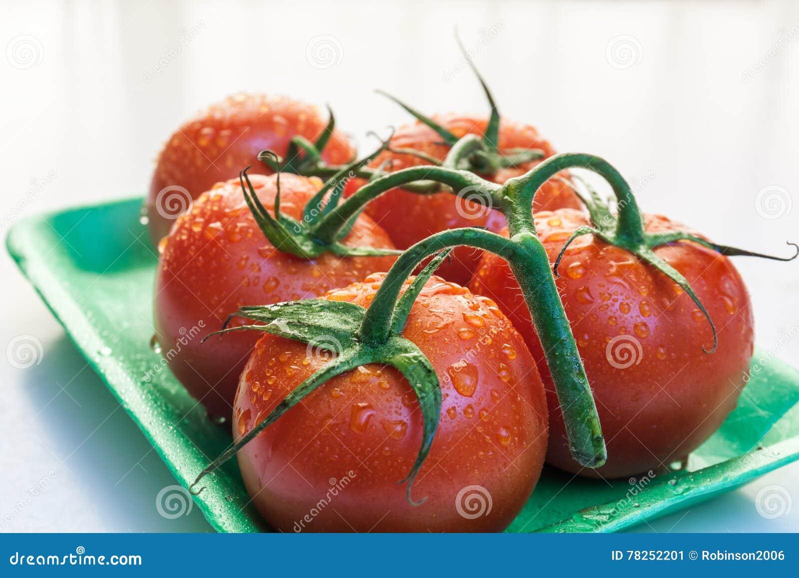 Tomates vermelhos em uma placa