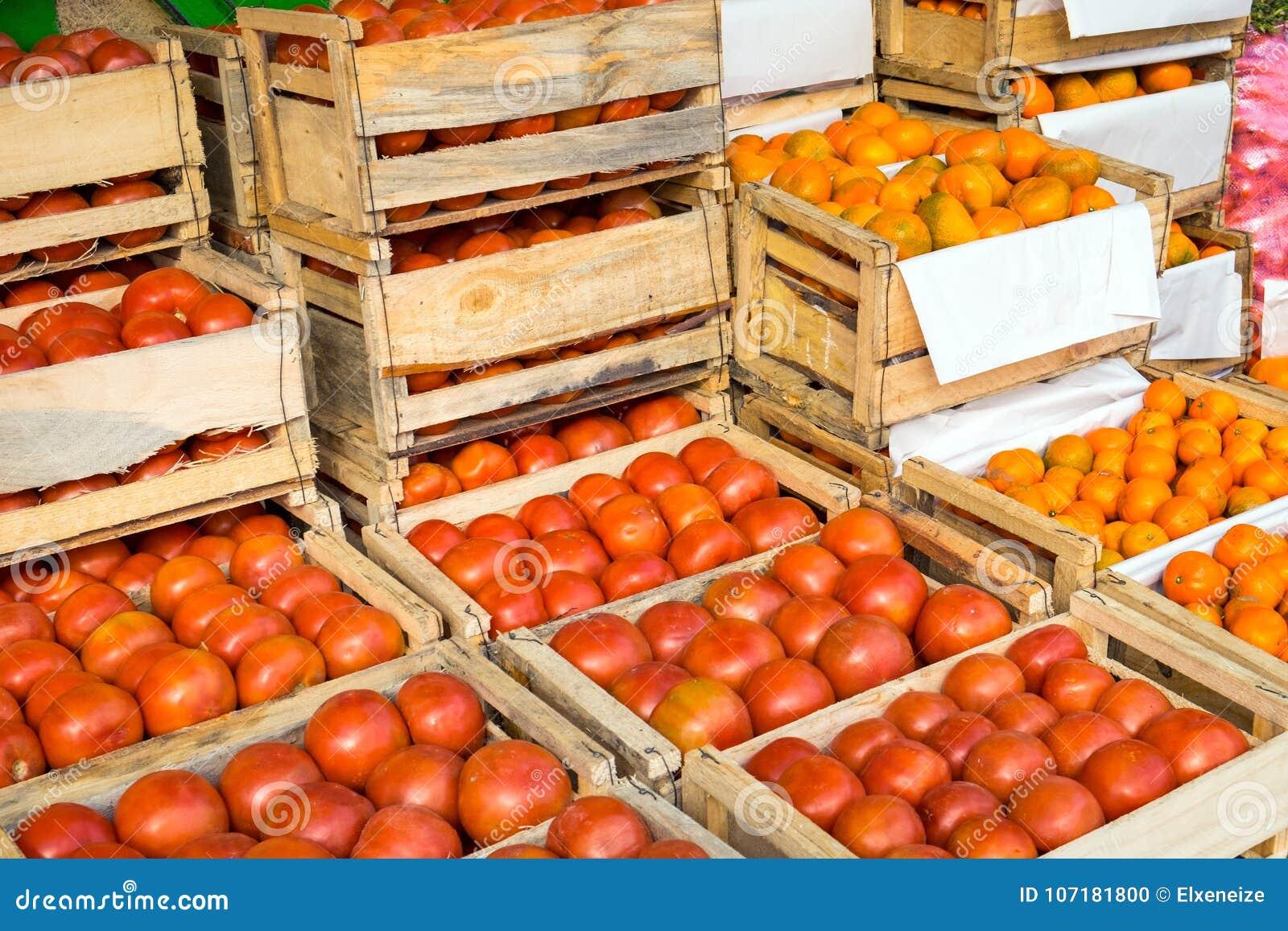 Tomates Y Mandarinas En Las Cajas De Madera Para La Venta En Un Mercado Foto De Archivo Imagen De Mandarina Greengrocer 107181800