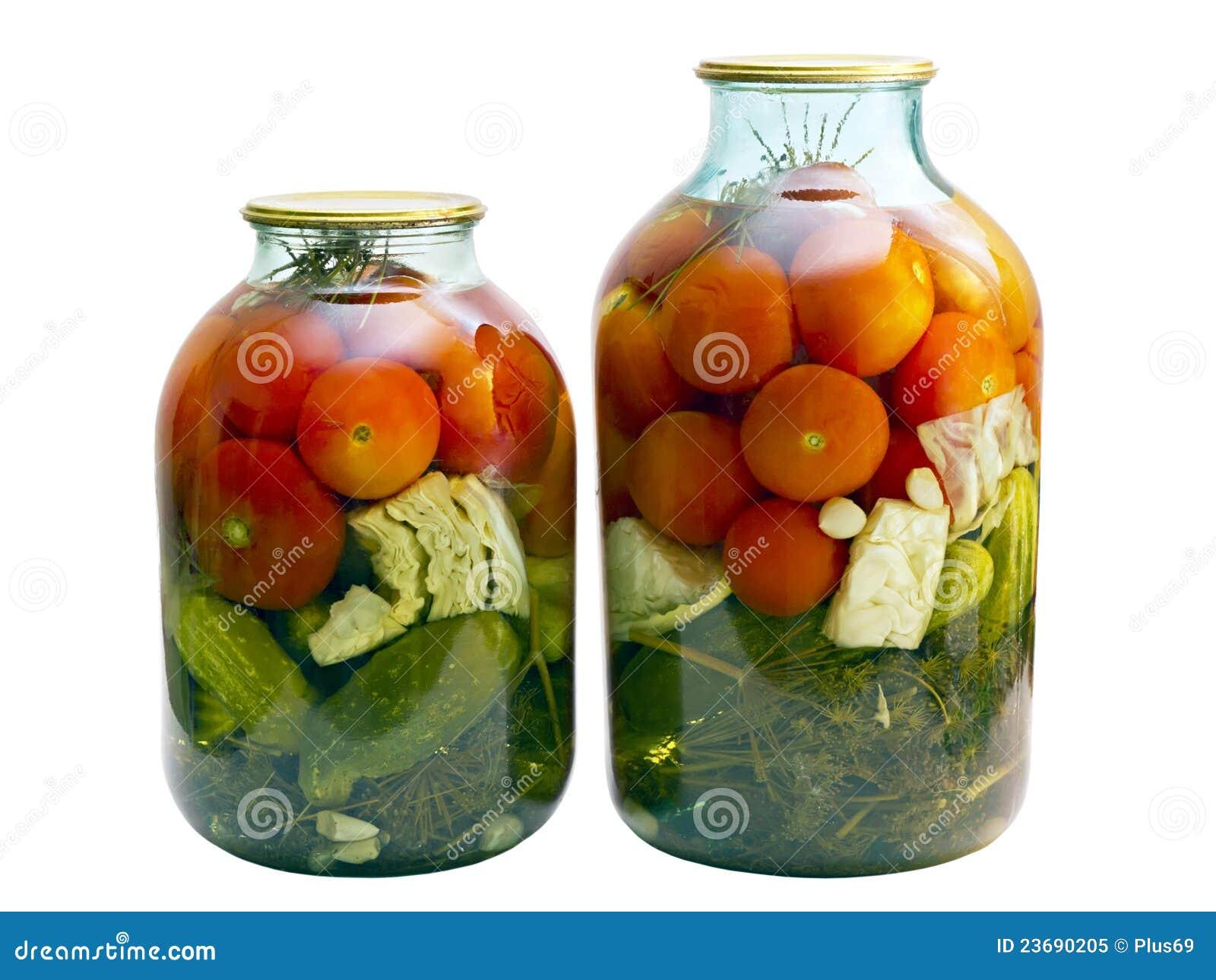 Tomates y pepinos conservados en un tarro de cristal