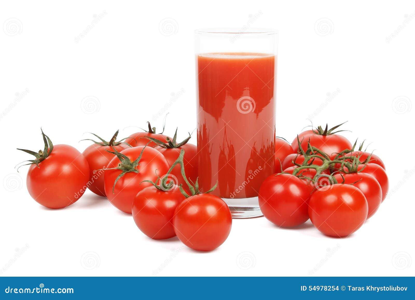 Tomatfruktsaft och massor av tomater över vit