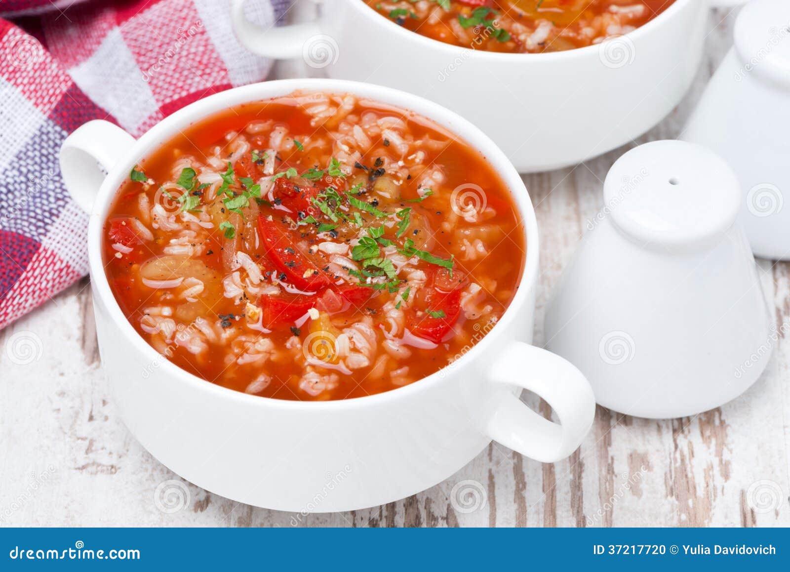 Tomatsoppa med ris och grönsaker i en bunke, bästa sikt