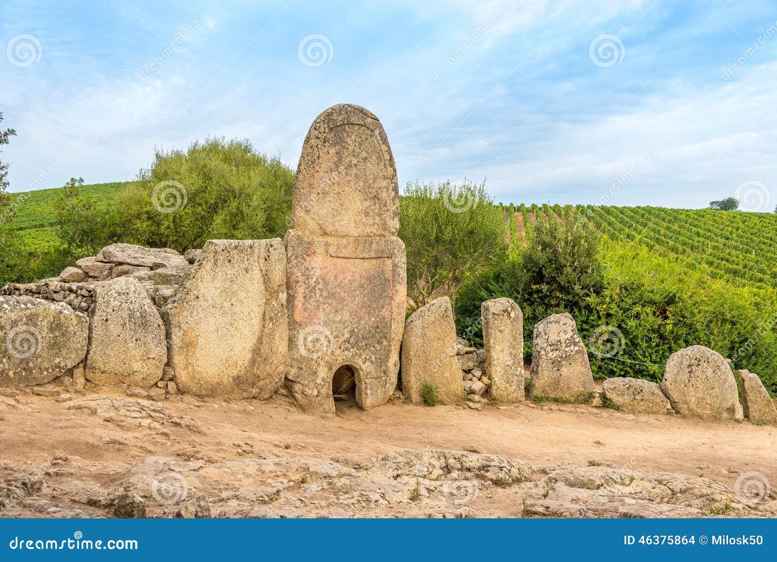 Tomba di Coddu Vecchiu - di Giants vicino al nuraghe Prisgiona