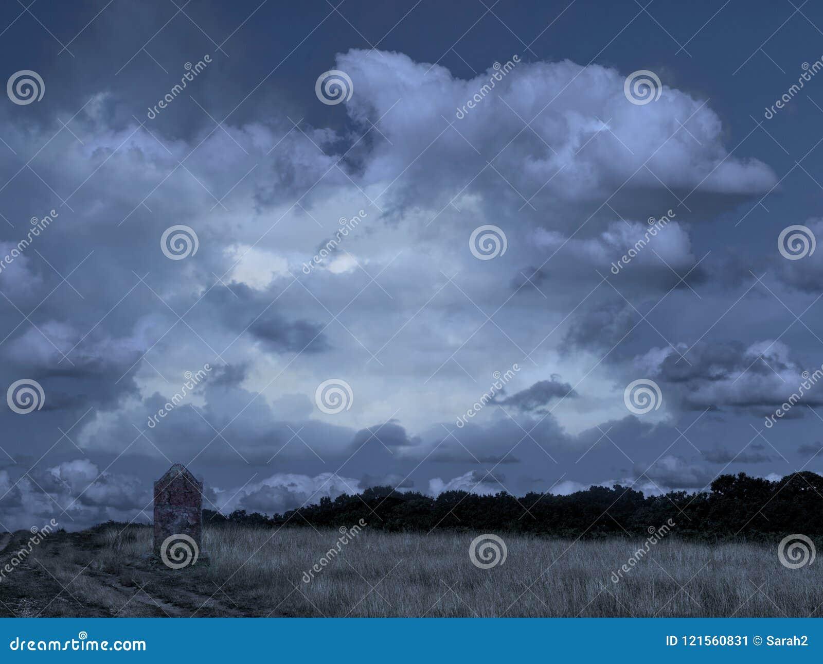 Tomba sola dalla pista, lapide in natura aperta, parco Campagna con drammatico, presagendo le nuvole ideale