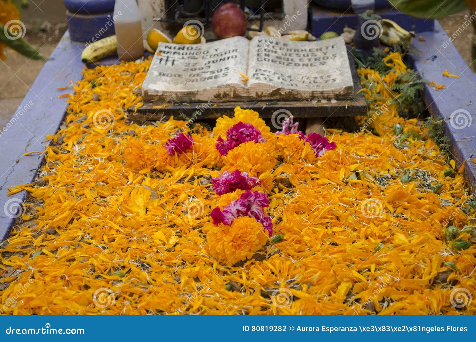 Tombe décorée des fleurs