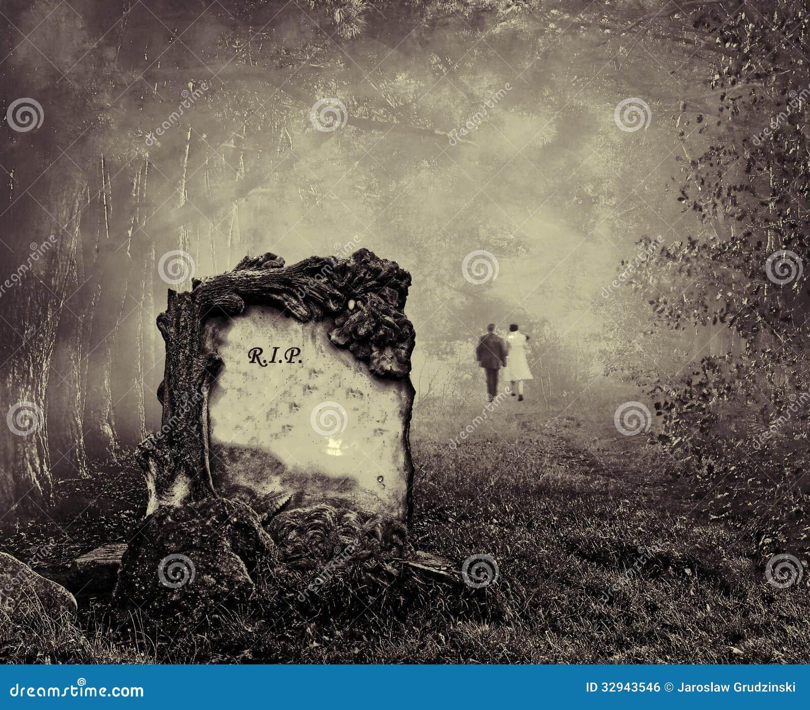 Tombe dans une forêt