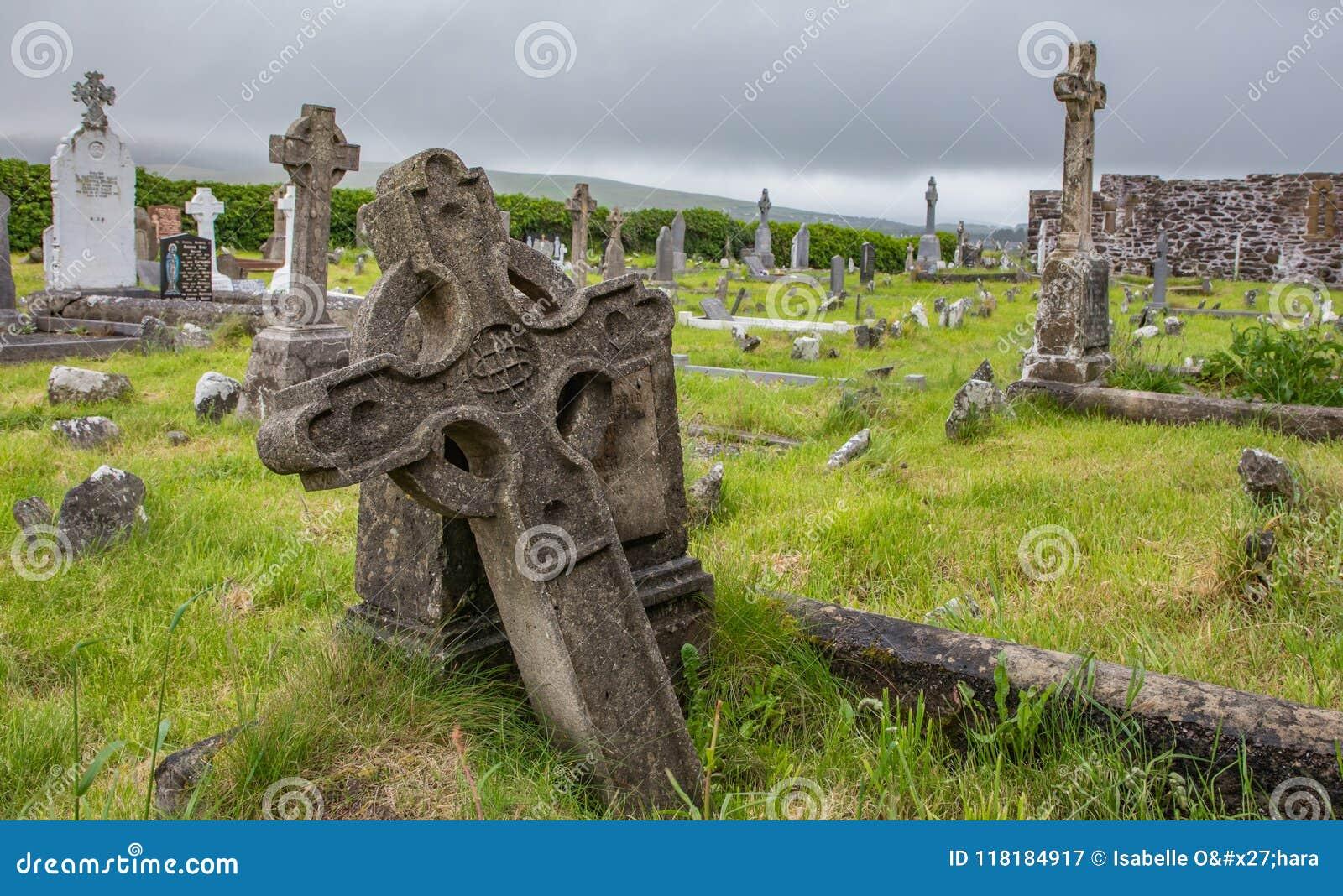 Tombes et pierres tombales antiques avec l herbe vert clair au prieuré augustin de Ballinskelligs dans le comté Kerry, Irlande